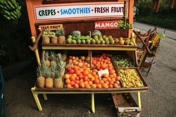 Alles frisch am Obststand auf Maui!